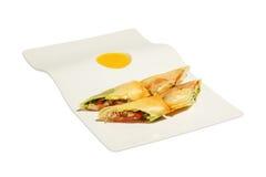 Rotolo saporito con carne, insalata e salsa immagini stock