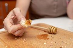 Rotolo saporito del grano sul tavolo da cucina Preparazione della cena con fre fotografia stock