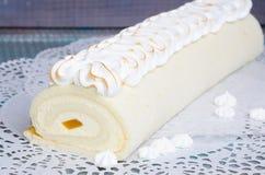 Rotolo Torched del dolce del biscotto del merengue con marmellata d'arance esotica Immagini Stock