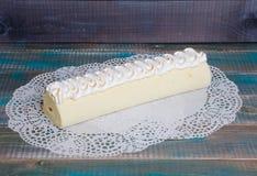 Rotolo Torched del dolce del biscotto del merengue con marmellata d'arance esotica Fotografie Stock Libere da Diritti