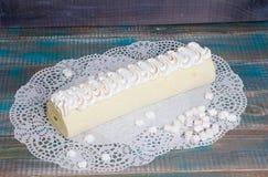Rotolo Torched del dolce del biscotto del merengue con marmellata d'arance esotica Fotografia Stock