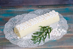 Rotolo Torched del dolce del biscotto del merengue con marmellata d'arance esotica Immagine Stock