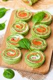 Rotolo verde degli spinaci con formaggio di color salmone e cremoso salato affumicato Fotografia Stock Libera da Diritti