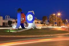 Rotonda in Albufeira, Portogallo con la statua degli orologi Fotografie Stock Libere da Diritti
