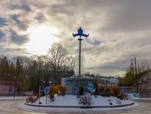 Rotonda all'entrata della stazione termale della città con una grande scultura del pierrot della mascotte della stazione termale  immagine stock