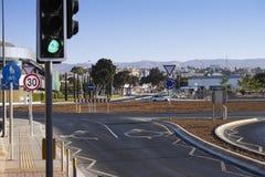 Rotonda con le segnaletiche stradali, i semafori ed i segnali stradali Immagine Stock Libera da Diritti
