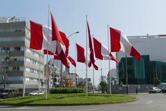 Rotonda con sette bandiere peruviane a Lima immagine stock libera da diritti