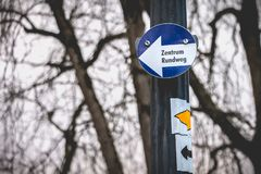 Rotonda concentrare in tedesco su un piccolo segno blu immagini stock libere da diritti