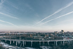 Rotonda del nord di traffico e del ponte in Voronež, uguagliante vista aerea f di paesaggio urbano fotografia stock libera da diritti