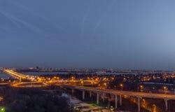 Rotonda del nord di traffico e del ponte in Voronež, vista aerea di paesaggio urbano di notte fotografia stock