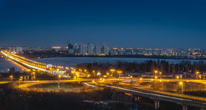 Rotonda del nord di traffico e del ponte in Voronež, vista aerea di paesaggio urbano di notte per fotografie stock