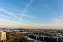 Rotonda del nord di traffico e del ponte in Voronež, vista aerea di paesaggio urbano di tramonto fotografie stock libere da diritti