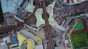 Rotonda della strada con i lotti dell'automobile nella città in Tailandia La sesta intersezione della via è bella cityscape Sera  video d archivio