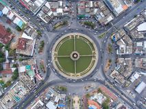Rotonda della strada di vista aerea, superstrada con i lotti dell'automobile nella CIT fotografia stock libera da diritti