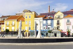 "Rotonda delle sardine ""con le case variopinte dietro a Setubal, Por fotografia stock"