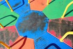 Rotonda di girotondo del campo da giuoco del metallo colorata arcobaleno fotografia stock