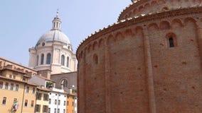 Rotonda Di San Lorenzo kerk en koepel van de kerk van Heilige Andreas in Mantua stock videobeelden