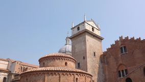 Rotonda-Di San- Lorenzokirche und Glockenturm in Marktplatz delle Erbe in Mantua stock video footage