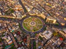 Rotonda di Wongwian Yai Vista aerea delle giunzioni della strada principale Le strade modellano il cerchio in struttura dell'arch immagini stock libere da diritti