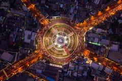 Rotonda di Wongwian Yai Vista aerea delle giunzioni della strada principale Le strade modellano il cerchio in struttura dell'arch fotografie stock libere da diritti