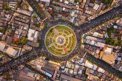 Rotonda di Wongwian Yai Vista aerea delle giunzioni della strada principale Le strade modellano il cerchio in struttura dell'arch fotografie stock
