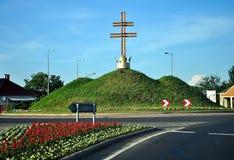 Rotonda nella città degli szerencs con le colline e la corona Fotografia Stock