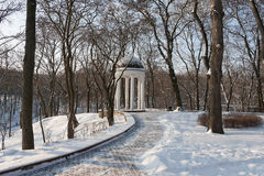 Rotonde in een oud, snow-covered stadspark Royalty-vrije Stock Fotografie