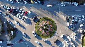 Rotonde luchttop down meningslengte van hierboven met voertuigen die rond de rotondesteeg omcirkelen Boom op gebied 4K stock videobeelden