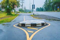 Rotonde op de weg, een verbinding die het verkeer in één richting rond een centraal eiland beweegt stock foto's