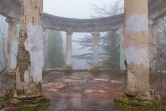 Rotonde van verlaten restaurant op Onderstel Akhun, Sotchi, Rusland stock fotografie