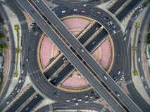 Rotondeweg in stad bij overvolle auto stock afbeeldingen
