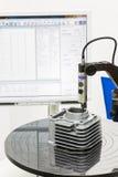 Rotondità di ispezione dell'operatore del cilindro del corpo nel proc lavorante Immagini Stock