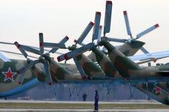 Rotores de cola de los helicópteros de la milipulgada Mi-8AMTSH de la fuerza aérea rusa durante ensayo del desfile de Victory Day Foto de archivo