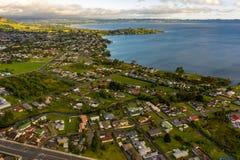 Озеро Rotorua и район города, вид с воздуха, Новая Зеландия стоковая фотография rf