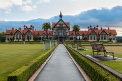 Rotorua museum och trädgård på soluppgång, Nya Zeeland arkivbild