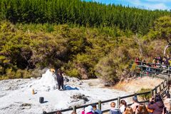 ROTORUA, NIEUW ZEELAND - OKTOBER 10, 2018: Menigten die op dagelijkse uitbarsting van Dame Knox Geyser in wai-o-Tapu zitten te le stock foto's