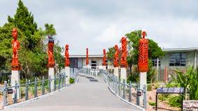 ROTORUA, NOVA ZELÂNDIA - 10 DE OUTUBRO DE 2018: Maori Carved Sculptures tradicional Copie o espaço para o texto imagem de stock royalty free