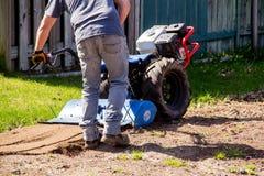 Rototiller блока трактора BCS 853 грязь почвы популярного работая дальше вне Стоковое Изображение RF