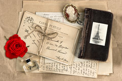 Rotrose, alte französische Buchstaben und Postkarten Lizenzfreie Stockbilder