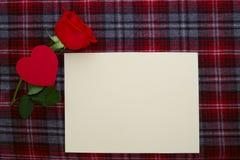 Rotrose auf Gewebe mit leerem Papier Lizenzfreies Stockfoto