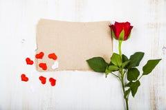Rotrose, -herzen und -papier für Glückwünsche Stockbild