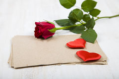 Rotrose, -herzen und -papier für Glückwünsche Lizenzfreie Stockfotos