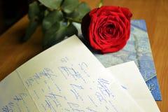 Rotrose liegt auf einer Liebe Stockfotos