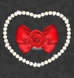 Rotrose mit Bogen und Perlen für Valentine Day Stockfotografie