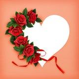 Rotrosenblumen auf Herzformkarte Stockfotografie