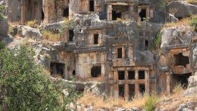 Rots-besnoeiing graven van het oude Lycian-necropool. Myra, Demre, Turkije stock video
