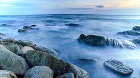 Rots in de oceaan lange blootstelling royalty-vrije stock afbeelding