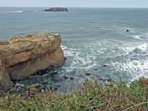 Rots die uit in Vreedzame Oceaan uitsteken Royalty-vrije Stock Fotografie