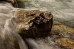 Rots in een wilde rivier Royalty-vrije Stock Afbeeldingen