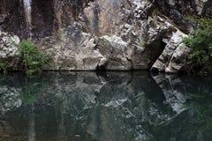 Rots en de bezinning in het water Stock Foto